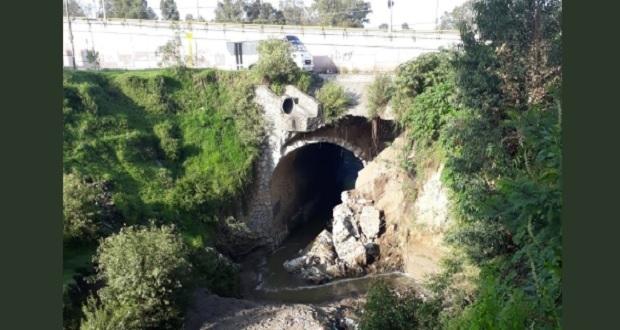 Se cae parte del paso de puente en la 18 de Noviembre y cierran tramo