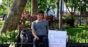 Veracruzano ofrece asesorías gratuitas de matemáticas en un parque