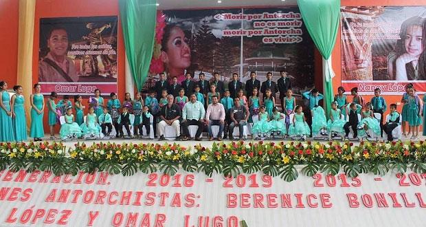 Celebran graduación estudiantes de localidad en Huitzilan de Serdán
