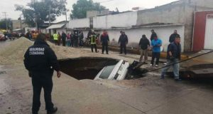 En Ecatepec, socavón a media avenida causa caída de dos automóviles