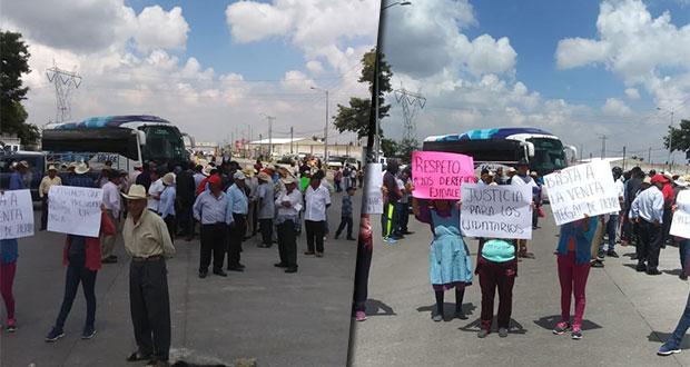 """En Amozoc, cierran la Puebla-Tehuacán contra """"venta ilegal de tierras"""""""