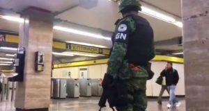 Con Guardia Nacional, vigilan y revisan a usuarios en Metro de CDMX