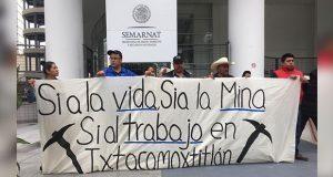 En Ixtacamaxtitlán, presentan cientos de firmas a favor de minera