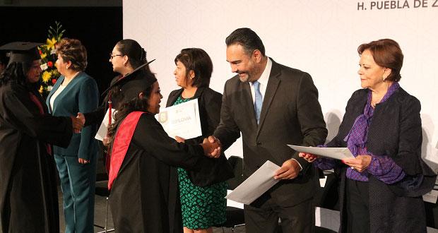 Se gradúan 428 alumnos del Cecades para emprender negocio propio