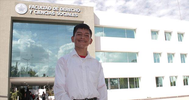 Víctor Ávila, el egresado de Derecho de BUAP, con parálisis cerebral