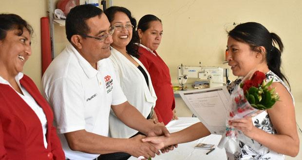 Entregan certificados por curso en Ahuatempan de confección de ropa