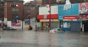Lluvia deja varados automóviles por inundación en La Margarita