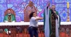 Mujer burla seguridad y empuja a sacerdote en plena misa