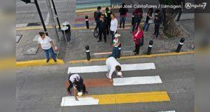 """Asociación """"Nacer es mi derecho"""" pinta de blanco paso peatonal incluyente. Foto: EsImagen"""