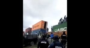 Frente a policías, habitantes de Cañada Morelos saquean tren