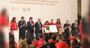 AMLO da becas a deportistas de Lima 2019 y rechaza colgarse medallas