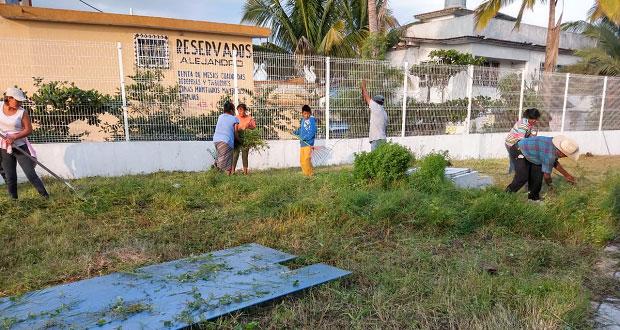 Antorcha organiza faena para limpiar el Centro de Salud en Chietla