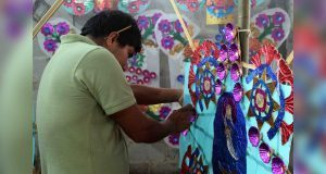 Artesanos elaboran ceras multicolores para Feria de Huitzilan