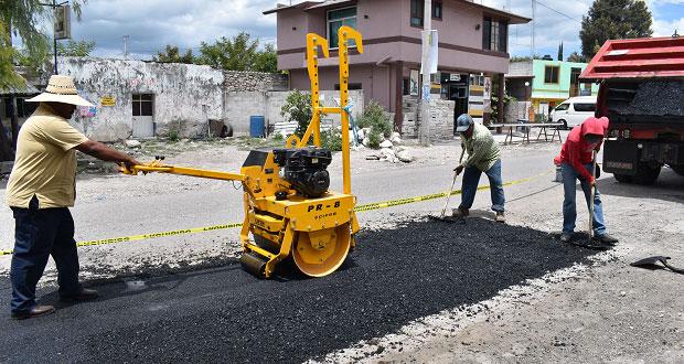 Comuna de Ixcaquixtla bachea tramo de carretera a Acatlán de Osorio