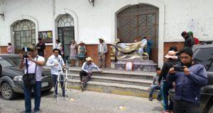 Con ataúd de asesinado, protestan en ayuntamiento de Tecamachalco