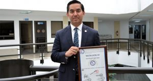 Profesor de Derecho en BUAP recibe presea iberoamericana por estudios