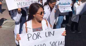 Frente a Congreso, pasantes de medicina se manifiestan y exigen becas