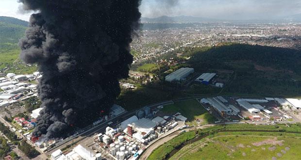Incendio consume dos fábricas y causa caída de ceniza en Morelia