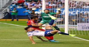 Club Puebla y Chivas igualan 1-1, con arbitraje polémico