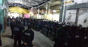 SSP detiene a 8 y asegura pipa clandestina en tianguis de Texmelucan