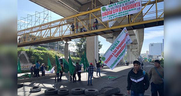 Campesinos realizan bloqueos en casetas de autopistas de Puebla
