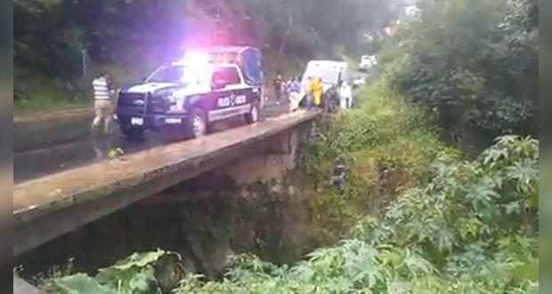 Muere ahogado tras volcar su camioneta en río de Zacapoaxtla