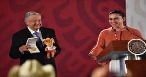 AMLO otorga becas a deportistas que participaron en Panamericanos