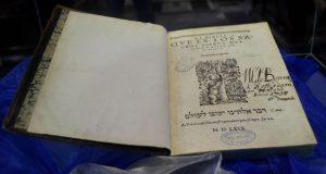 "Biblioteca Lafragua exhibe ""Biblia del Oso"", 1ª traducida al español. Foto: Especial"