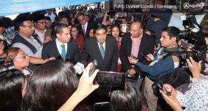 Barbosa visita plantón de jóvenes en zócalo y pide a Esparza recibirlos