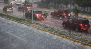 Lluvia y granizo inundan calles en avenidas de Puebla y Cholulas