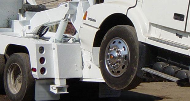 Acusan colusión entre FGE y grúas por cobro de vehículos recuperados