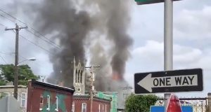 Incendio consume iglesia en pleno culto al oeste de Filadelfia, EU