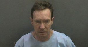 En Puebla, habrían detenido a estadounidense acusado de matar a su esposa. Foto: Newport Beach Police Department