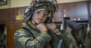 Anneliese Satz, la primera mujer en pilotear un avión militar F-35