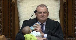 Presidente de parlamento alimenta a bebé en sesión de Nueva Zelanda