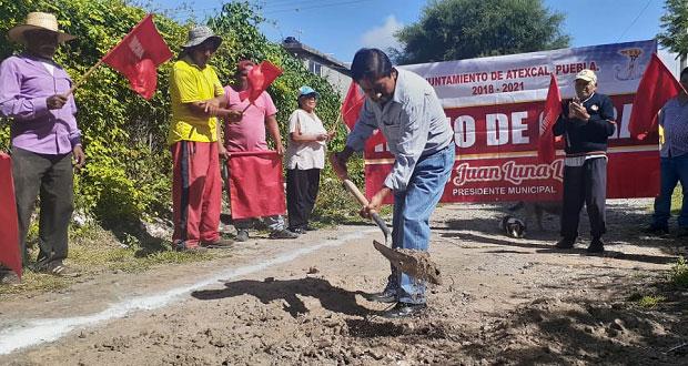 Comienzan obra de adoquinado de calle en Resurgimiento, Atexcal