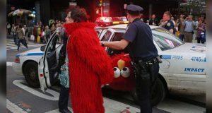 Hombre disfrazado de Elmo es detenido por tocar a menor en NY