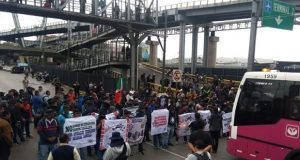 Policías federales bloquean terminal del AICM; exigen indemnización