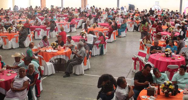 Tepexi festeja en su día a 700 abuelitos con bailes, música y poesías