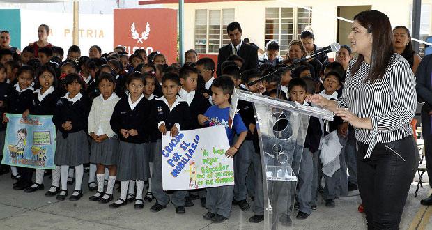 Vivanco entrega mobiliario escolar a primaria de Xochimehuacan