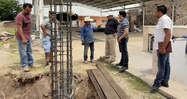 Avanza construcción de techado para altar en bario de Acatlán