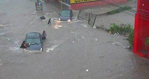 Mujer es tragada por una alcantarilla por inundaciones en Culiacán