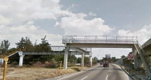 Por depresión postparto, mujer intenta lanzar a su bebé de un puente