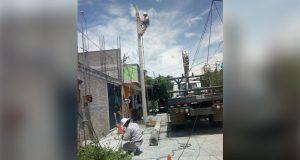 En Izúcar, Antorcha interviene para cambiar postes de luz dañados