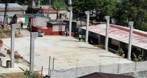 Construyen techo de plaza cívica en escuela de Huitzilan de Serdán