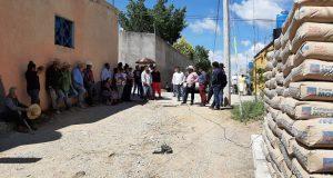 Acatlán entrega material para pavimentar calle Simitrio Marqués