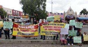Frente a Casa Aguayo, acusan detención injusta de médico en Ajalpan