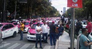 Cientos de taxistas bloquean calles de la CDMX contra Uber y Cabify