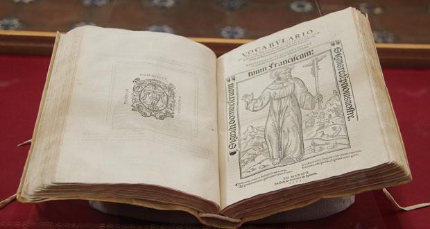 Exhiben textos indígenas de hace 5 siglos en Biblioteca Palafoxiana