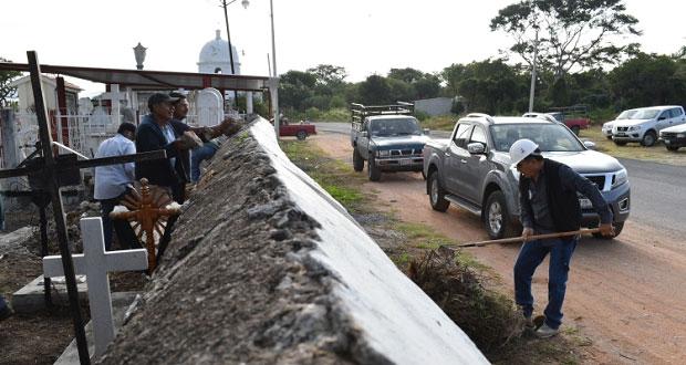 En Ixcaquixtla, acondicionan estacionamiento para panteón municipal